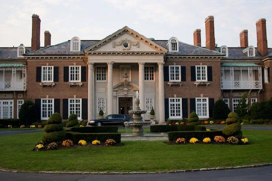 front-of-the-mansion_2034766